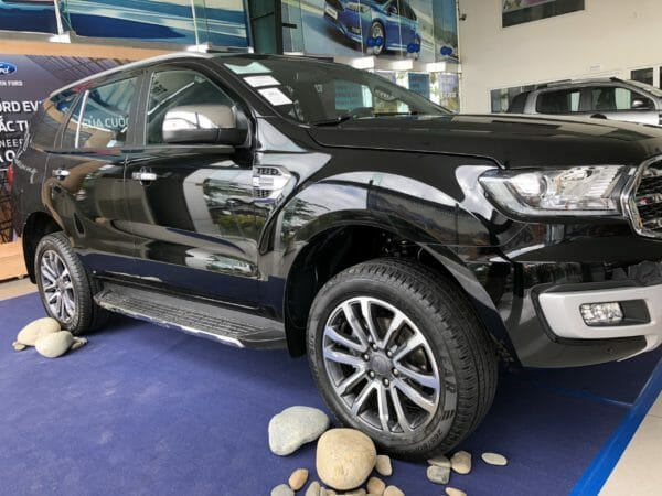 Ford-everest-titanium-mau-den